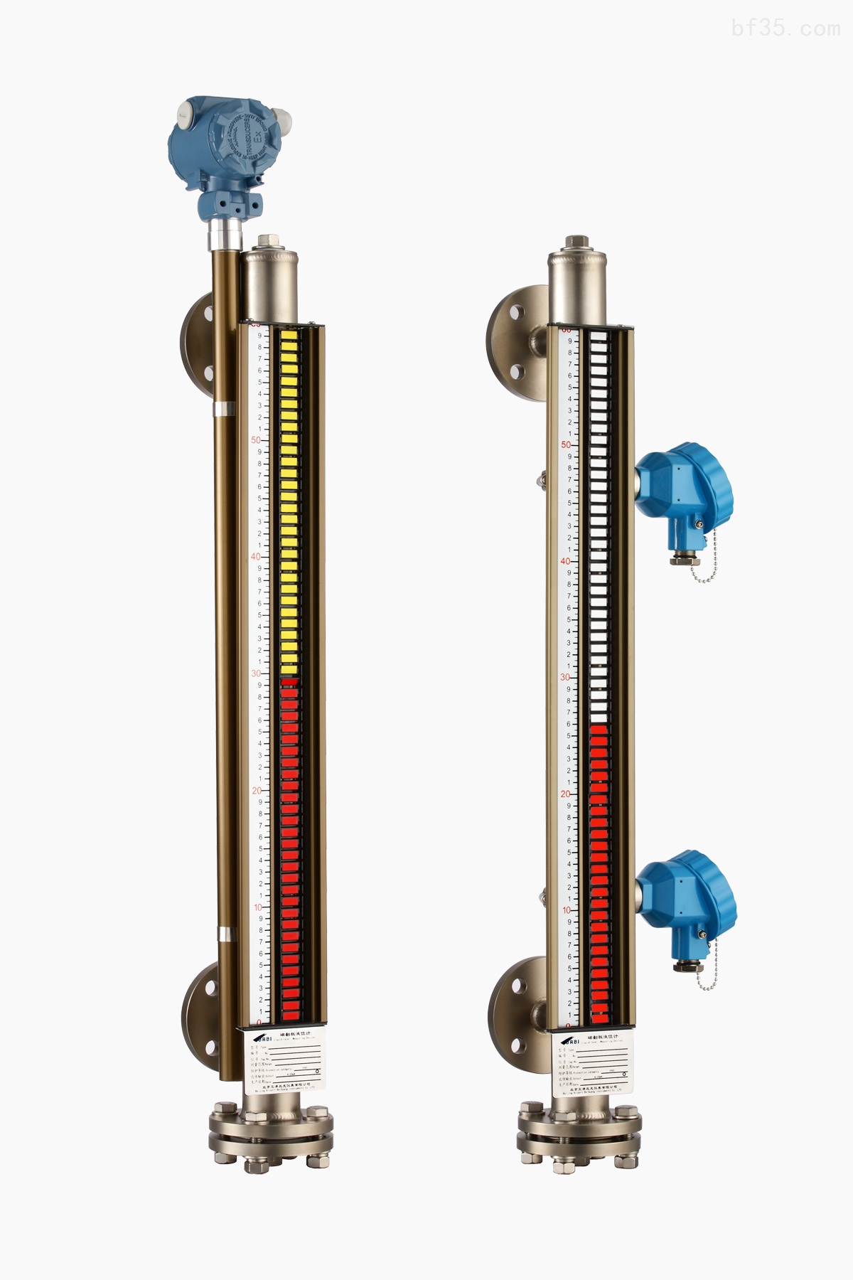TOP-UHZD顶装式磁翻板液位计,它的结构主要基于浮力和磁力原理设计生产的。带有磁体的浮子(简称磁性浮子)在被测介质中的位置受浮力作用影响。液位的变化导致磁性浮子位置的变化、磁性浮子和磁翻柱(也成为磁翻板)的静磁力耦合作用导致磁翻柱翻转一定角度(磁翻柱表面涂敷不同的颜色),进而反映容器内液位的情况。